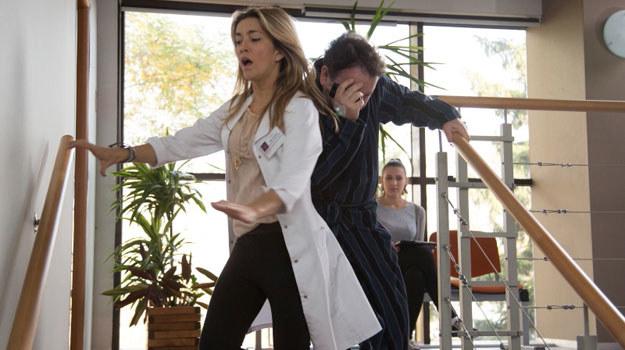 Hana spadnie ze schodów i uderzy się w głowę /Agencja W. Impact