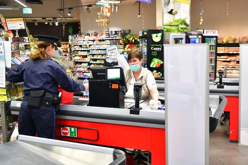 Handel przestawia się na wolniejsze obroty w związku z koronawirusem /AFP