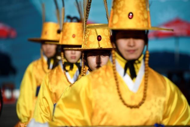 Handel żywnością Polski z Koreą Południową kuleje. Na zdj. Koreańczycy w tradycyjnych strojach /AFP