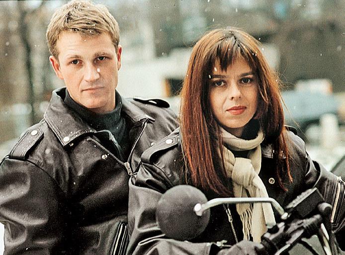 Hanka po rozwodzie ze zdradzającym ją przy każdej okazji mężem, związała się ze studentem filozofii, Filipem /PAT /Świat Seriali
