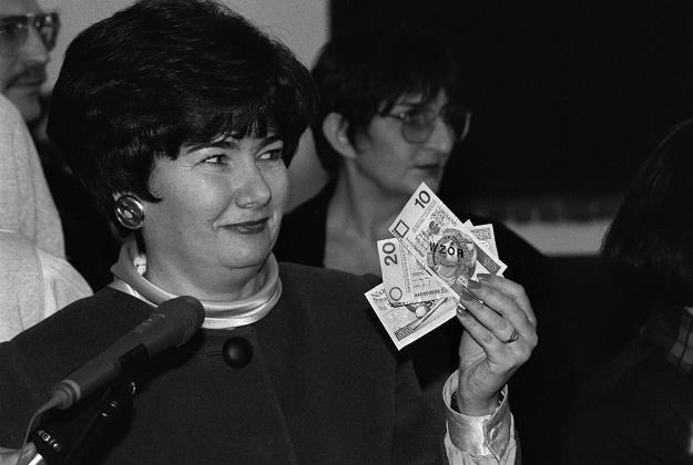 Hanna Gronkiewicz-Waltz 21 listopada 1994 r. prezentuje nowe banknoty. Fot. Jacek Domiński /Reporter