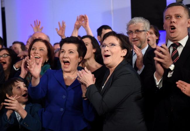 Hanna Gronkiewicz-Waltz i Ewa Kopacz podczas wyboru wyborczego /Radek Pietruszka /PAP