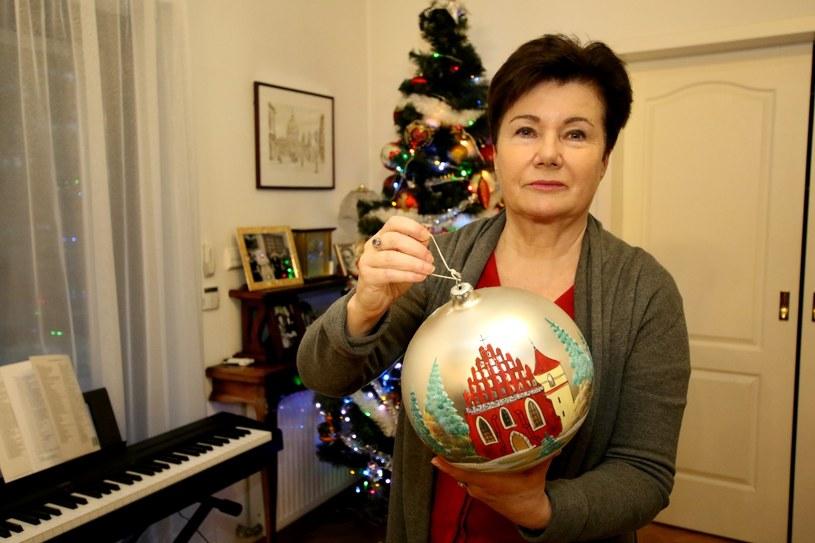 Hanna Gronkiewicz-Waltz pozuje z bombką /Marek Zieliński / SE /East News