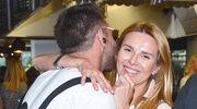 Hanna Lis przytula się do Leszka Stanka na warsztatach kulinarnych