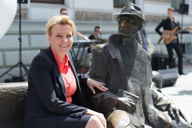 Hanna Zdanowska, prezydent Łodzi na ławeczce Tuwima przy ul. Piotrkowskiej. Fot. Łukasz Szelag /Reporter