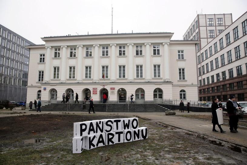 Happening towarzyszący konferencji prasowej stowarzyszenia Miasto jest Nasze przed Urzędem Dzielnicy Śródmieście przy ul. Nowogrodzkiej /Tomasz Gzell /PAP