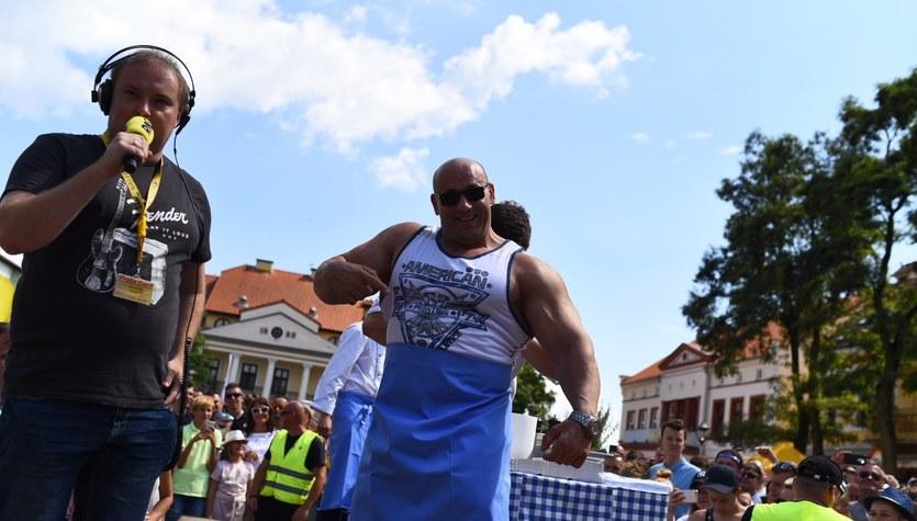 """Hardkorowy Koksu smażył """"stejki"""" dla słuchaczy RMF FM"""