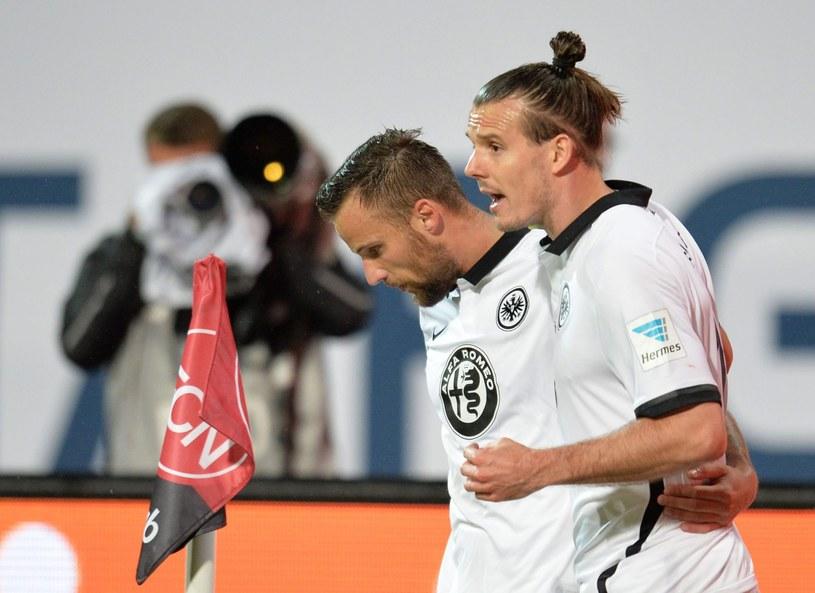 Haris Seferovic (z lewej) i Alexander Meier cieszą się z gola dla Eintrachtu /PAP/EPA