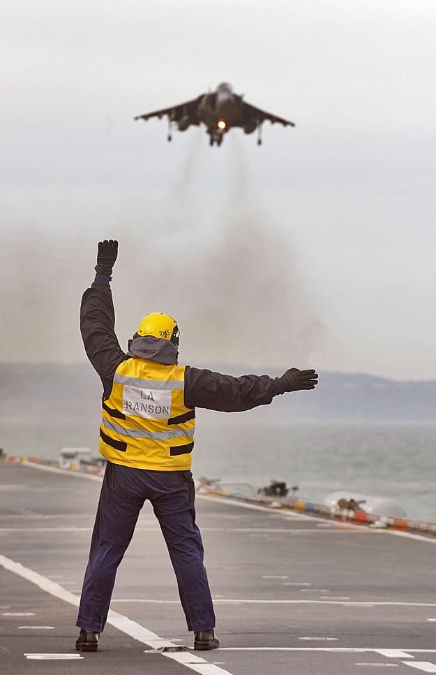 Harrier ląduje na pokładzie HMS Ark Royal /Discovery World