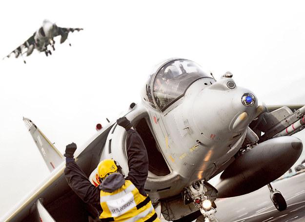 Harriery lądują na pokładzie HMS Ark Royal /Discovery World