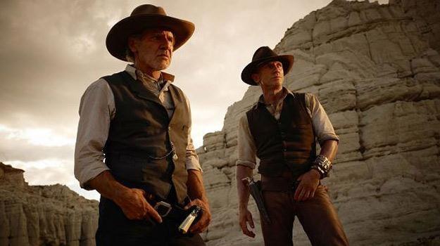 """Harrison Ford i Daniel Craig w filmie """"Kowboje & obcy"""" /materiały dystrybutora"""