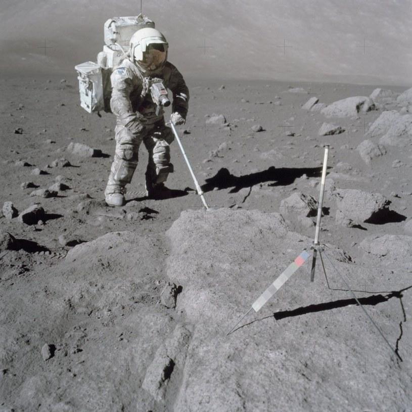 Harrison Schmitt podczas misji Apollo 17. Na skafandrze astronauty widać dużą ilość pyłu księżycowego /NASA