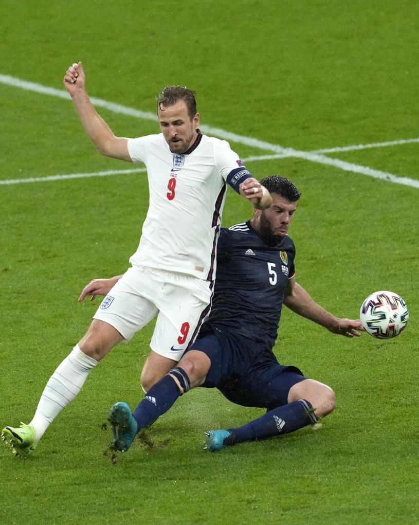 Harry Kane (nr 9) w starciu z Grantem Hanleyem podczas meczu Anglia - Szkocja /PAP