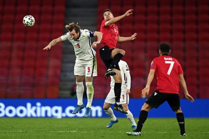 Harry Kane (w wyskoku) w meczu w Tiranie /AFP