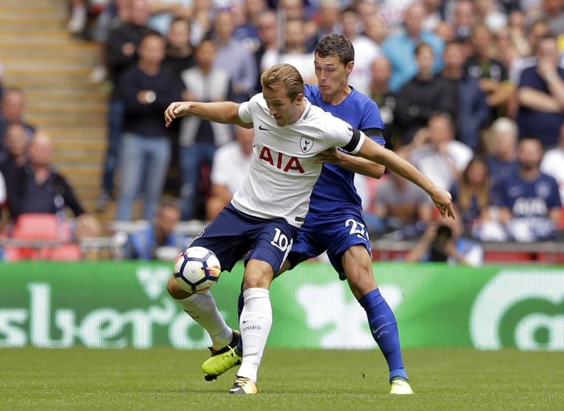 Harry Kane walczy o piłkę z Andreasem Christensenem /East News