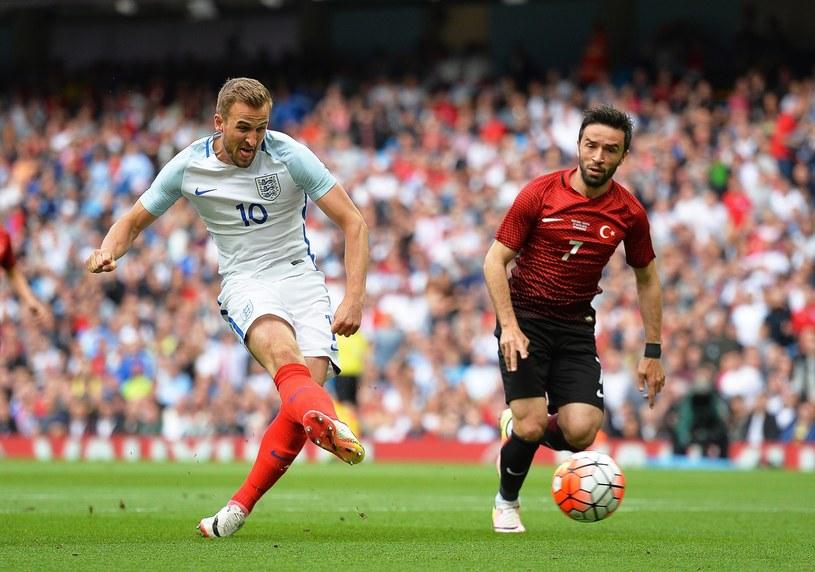 Harry Kane (z lewej) strzela gola dla Anglii w meczu z Turcją /PAP/EPA