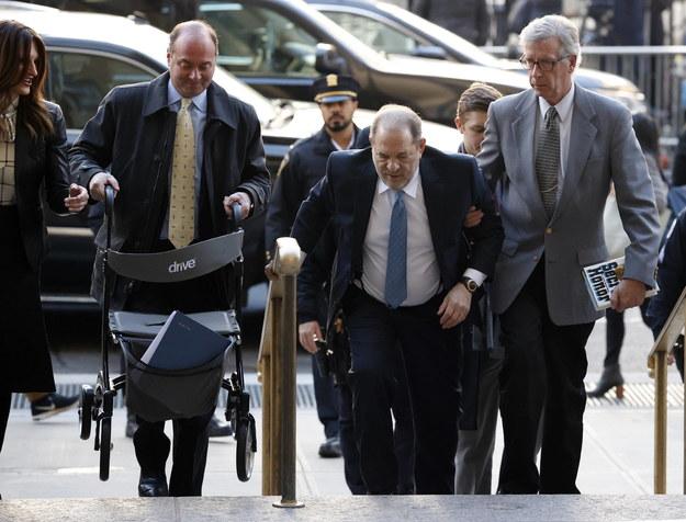 Harvey Weinstein w drodze do sądu na zdjęciu z lutego 2020 roku /JASON SZENES    /PAP/EPA