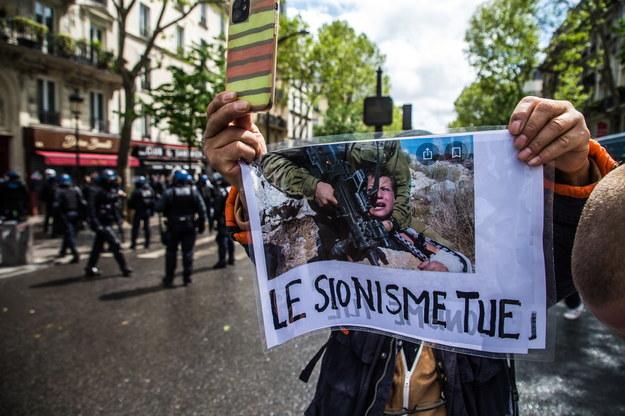 """Hasło: """"Syjonizm zabija"""" na demonstracji poparcia dla Palestyńczyków w Paryżu /CHRISTOPHE PETIT TESSON /PAP/EPA"""