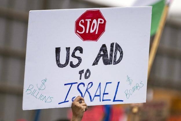 """Hasło: """"Zatrzymać amerykańską pomoc dla Izraela"""" na demonstracji poparcia dla Palestyńczyków w Los Angeles /ETIENNE LAURENT /PAP/EPA"""