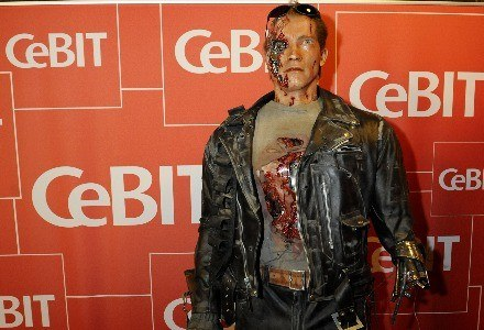 """""""Hasta la vista, baby"""" - żegnał sie były Terminator z uczestnikami CeBIT-u. Nawet on nie pomógł. /AFP"""