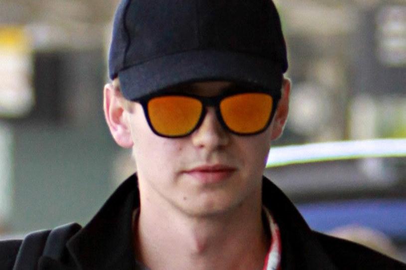 Hayden Christensen w okularach marki Oakley z kolorowymi szkłami /East News