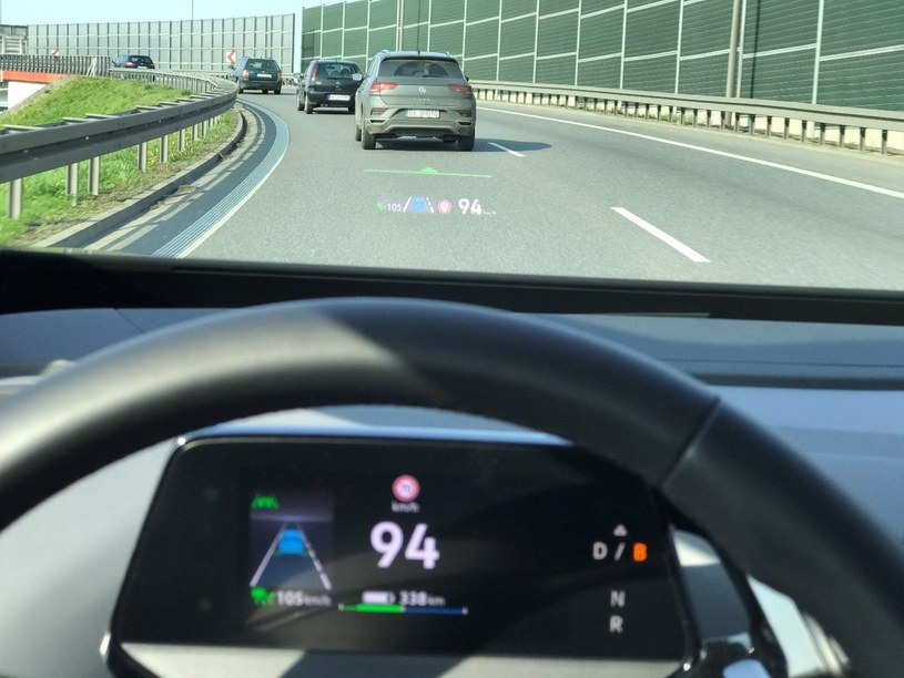 Head-up z rozszerzoną rzeczywistością ostrzega i pomaga wyświetlając aktywne komunikaty na przedniej szybie. Zielona linia wyznacza odległość od auta poprzedzającego /materiały promocyjne