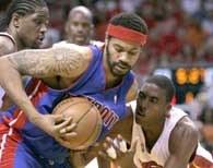 Heat - Pistons 88:76. Rasheed Wallace i Eddie Jones walczą o piłkę /AFP