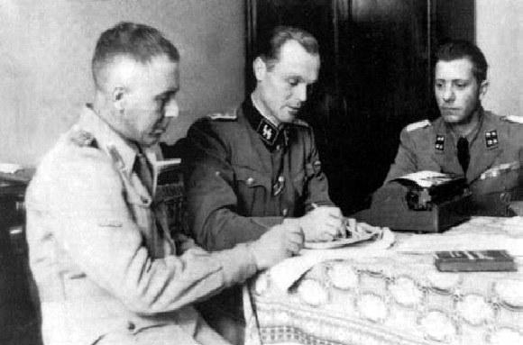 Heidelager, grudzień 1943 roku. Mjr Guido Fotrunato (pierwszy z prawej) wraz z niemieckim oficerem SS- Hstuf. Thalerem (w środku) oraz z niezidentyfikowanym włoskim oficerem /Odkrywca