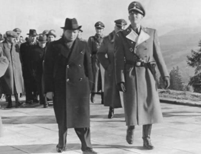 Heinrich Himmler na Krupówkach w otoczeniu działaczy góralskich /Narodowe Archiwum Cyfrowe /materiały prasowe