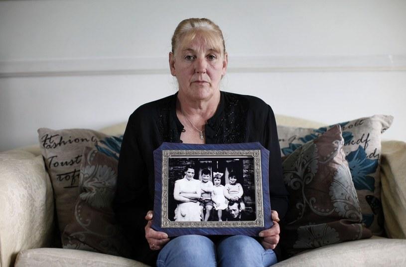 Helen McKendry z rodzinnym zdjęciem. Mama kobiety została zamordowana przez IRA /AFP /East News