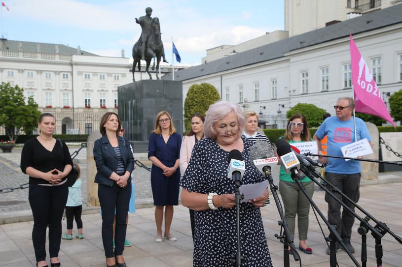 Helena Biedroń wraz z matkami osób LGBT odczytała przed Palacem Prezydenckim list adresowany do Prezydenta. /Piotr Molecki