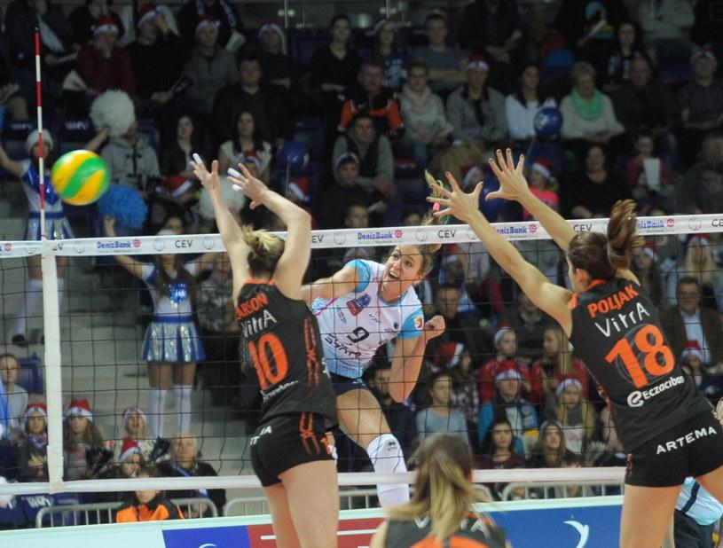 Helena Havelkova atakuje w meczu z Eczacibasi /Fot. Tomek Murański /PAP