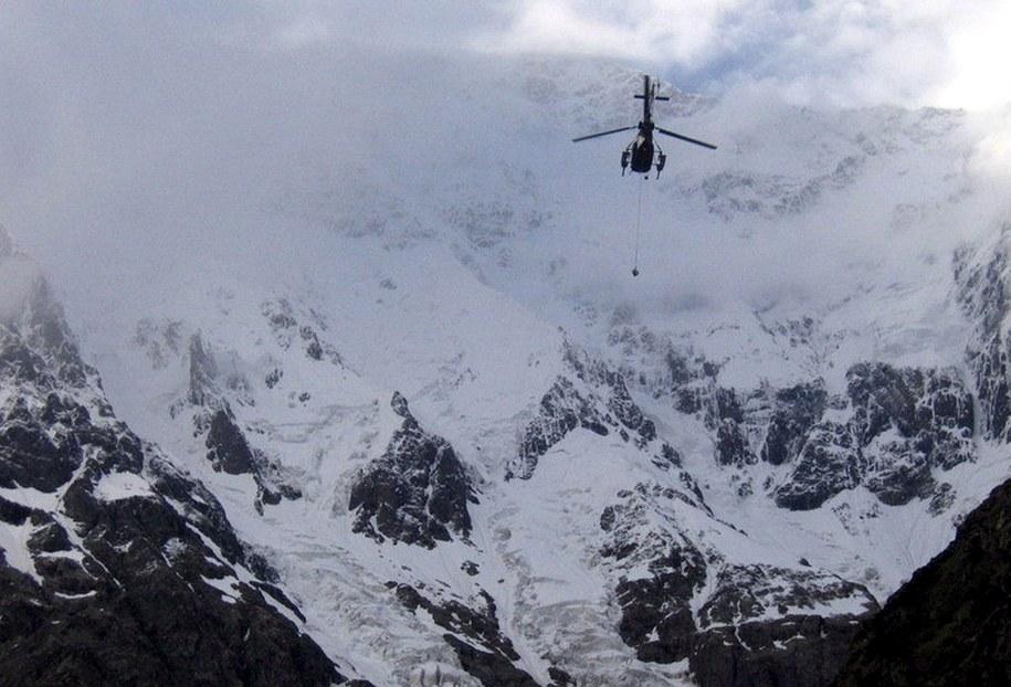 Helikopter pakistańskiej armii leci na ratunek alpiniście, który utknął na lodowcu w czasie próby zdobycia Nanga Parbat (zdjęcie archiwalne) /PAKISTAN ALPINE CLUB/HANDOUT /PAP/EPA