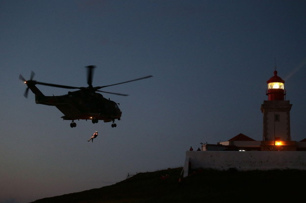 Helikopter podczas poszukiwań ciał polskiej pary /PAP/EPA/Antonio Cotrim    /PAP/EPA