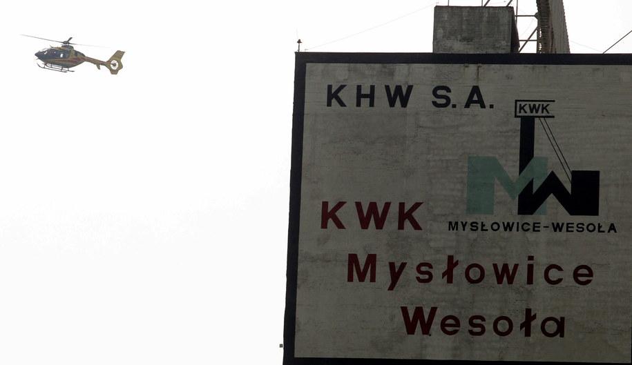"""Helikopter ratunkowy nad terenem KWK """"Mysłowice-Wesoła"""" /Andrzej Grygiel /PAP"""