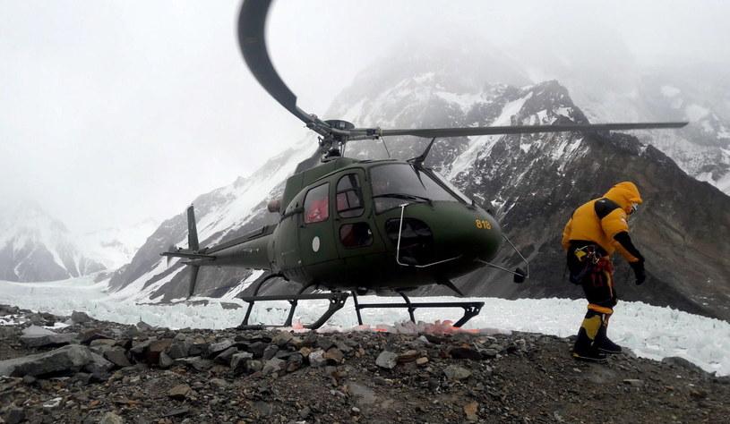 Helikopter z ekipą ratunkową w bazie K2 /PAP/Narodowa Zimowa Wyprawa na K2 /PAP