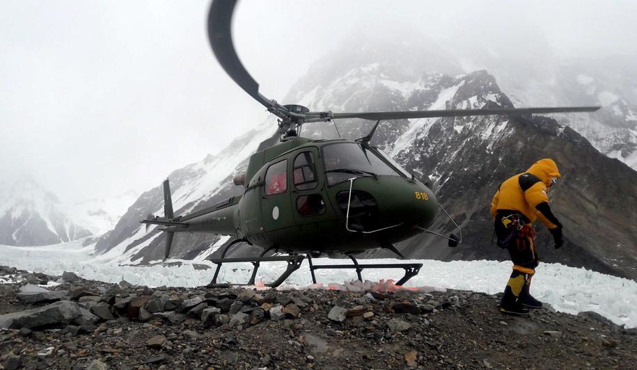 Helikopter z ekipą ratunkową w bazie K2 /Narodowa Zimowa Wyprawa na K2 /PAP