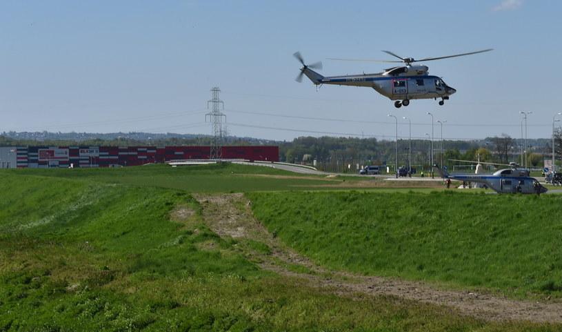 Helikoptery z delegacją lądują na terenie Campusu Misericordiae w Brzegach /Jacek Bednarczyk /PAP