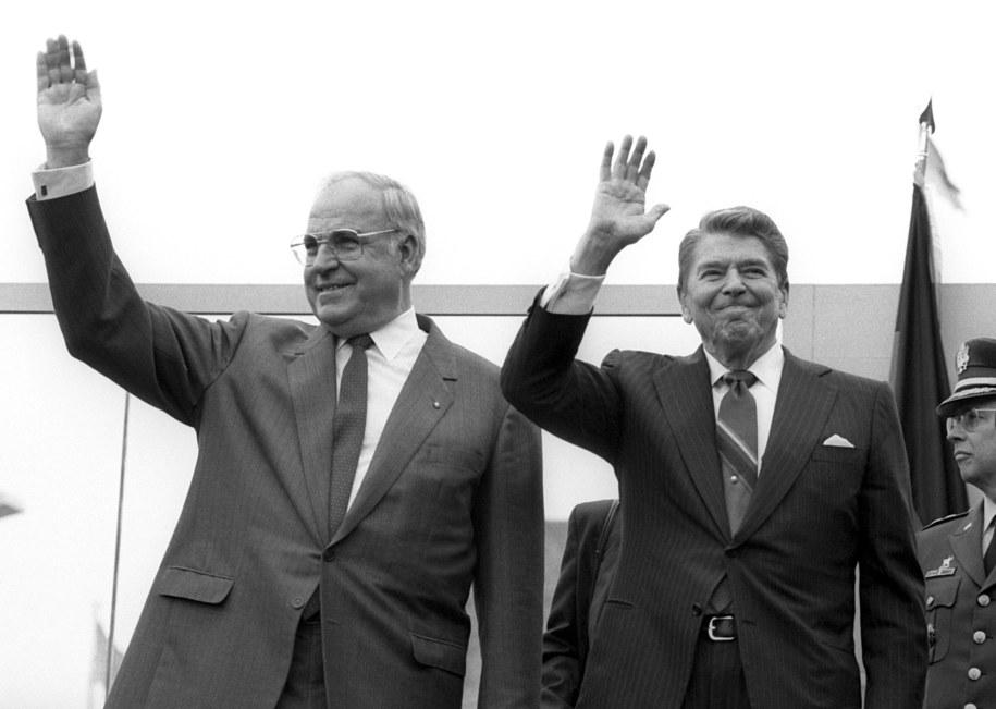 Helmut Kohl (z lewej) i prezydent USA Ronald Reagan /ROLAND HOLSCHNEIDER /PAP/EPA