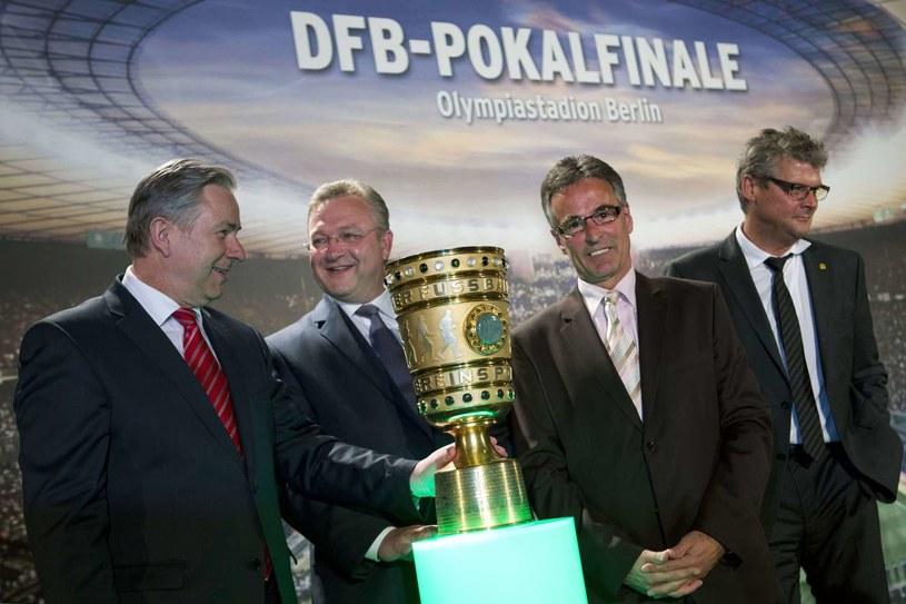 Helmut Sandrock (drugi od prawej) prezentuje trofeum w Pucharze Niemiec /AFP