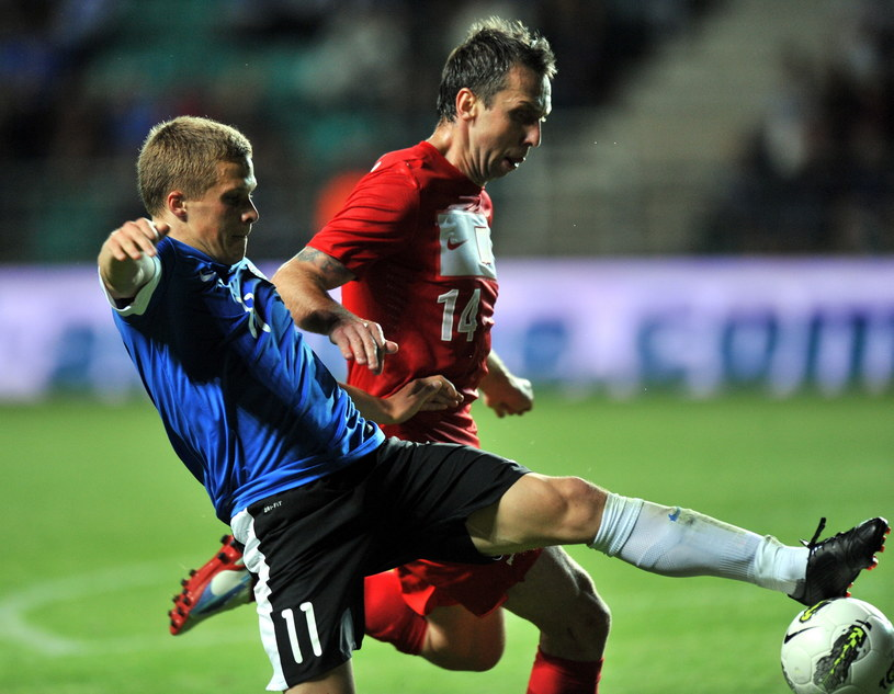 Henrik Ojamaa (z lewej) w meczu z reprezentacją Polski /AFP