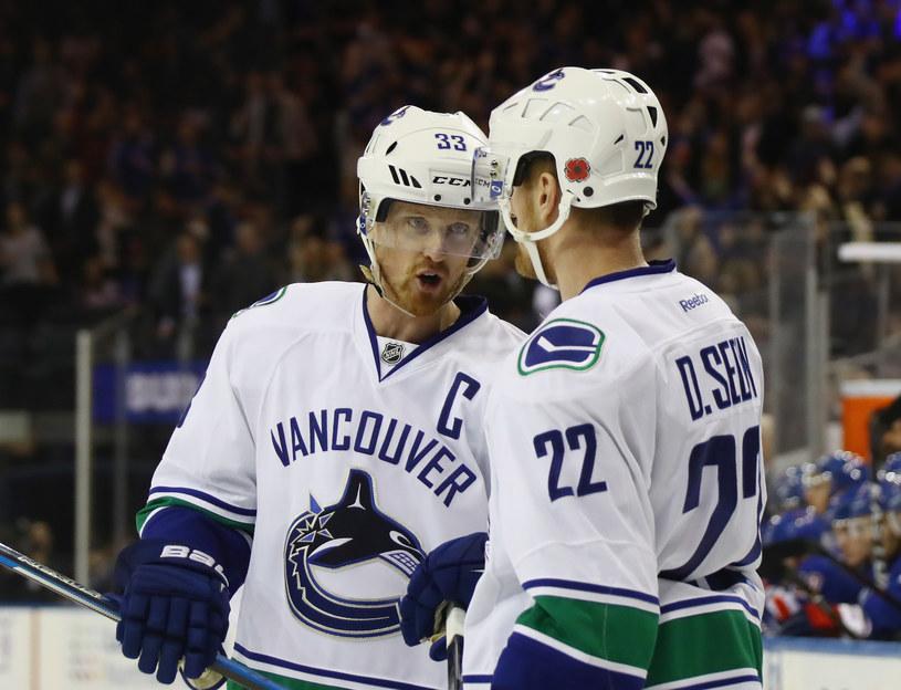 Henrik Sedin (z lewej) i jego brat Daniel z Vancouver Canucks /Bruce Bennett /Getty Images