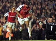 Henry cieszy się po strzeleniu drugiego gola. Z prawej załamany Barthez