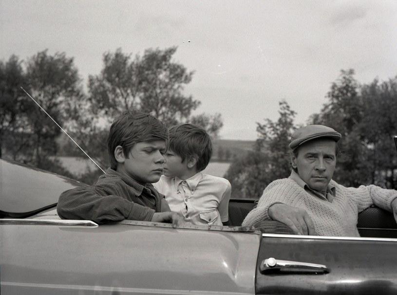 """Henryk Gołębiewski (L), Filip Łobodziński (C) i Edmund Fetting (P) na planie """"Podróży za jeden uśmiech"""" /East News/POLFILM"""