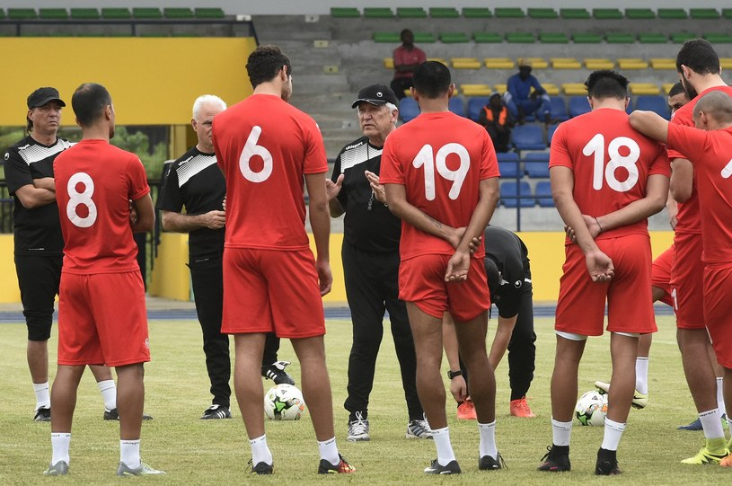 Henryk Kasperczak (w środku) z piłkarzami Tunezji /AFP