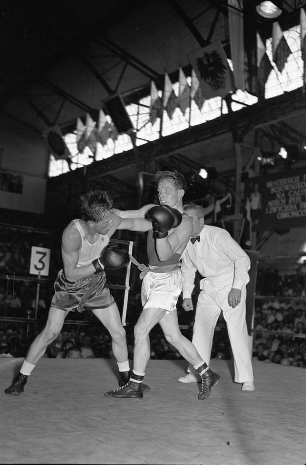 Henryk Kukier  (po lewej) w zwycięskiej walce z  Anatolijem Bułakowem podczas ME 1953 /CAF /PAP