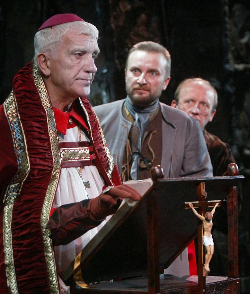 """Henryk Łapiński (L) w spektaklu Teatru Ateneum """"Demony"""" (2004) /Jacek Domiński /Reporter"""