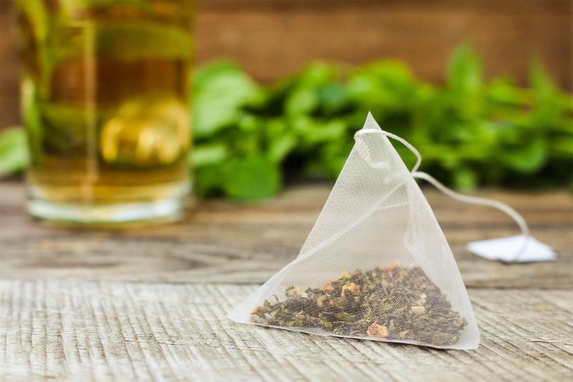 Herbata może wzmocnić organizm, ale lepiej jej nie pić na pusty żołądek /123RF/PICSEL