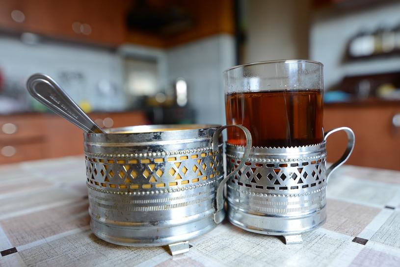 Herbata w metalowym koszyczku to znak tamtych czasów. Swoich fanów miała też wersja wiklinowa i plastikowa... / fot. Adam Staśkiewicz /East News