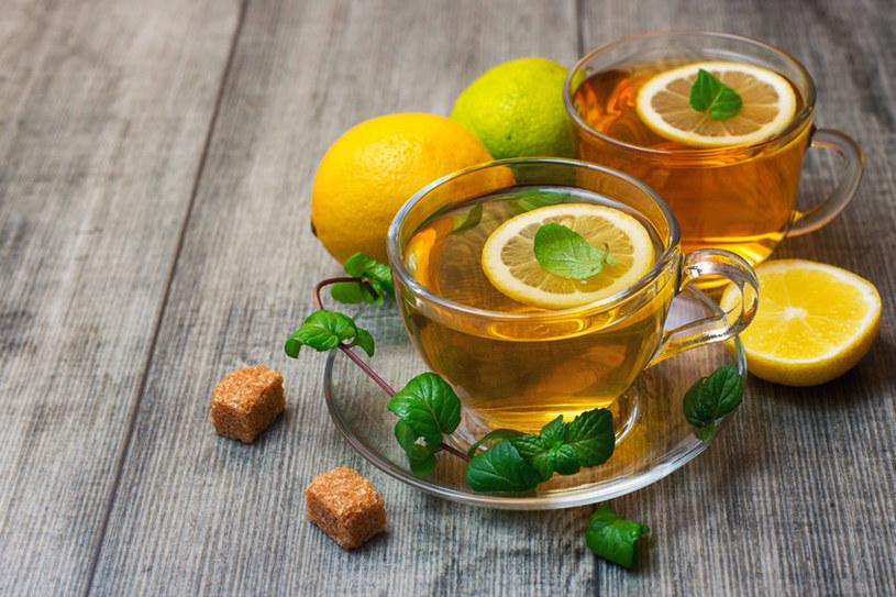 Herbata z cytryną? podawaj ją w taki sposób! /123RF/PICSEL